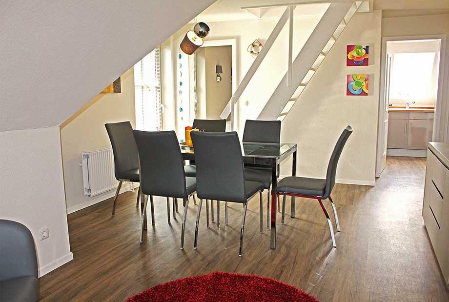 DG-rechts-Wohnzimmer-Esstisch_920